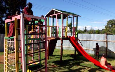 Kinderen in Iten (Kenia) super blij met nieuwe speeltuin